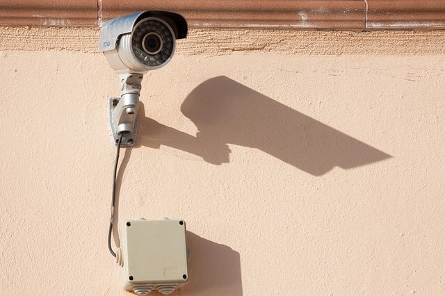 camera de surveillance fixer au mur