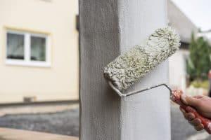 Application de la peinture de façade